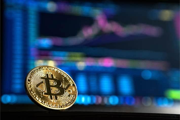 Bitcoin framför skärmen på en bärbar dator som representerar den lösensumma som krävs i en WannaCry-utpressningsvirusattack